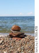 Купить «Пирамида из камней на морской гальке», эксклюзивное фото № 4789478, снято 12 июня 2013 г. (c) Ната Антонова / Фотобанк Лори