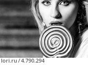 Купить «Портрет женщины с большим леденцом», фото № 4790294, снято 23 июня 2013 г. (c) Сергей Петерман / Фотобанк Лори