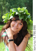 Купить «Девушка в венке из березовых листьев на празднике Троица», фото № 4790990, снято 23 июня 2013 г. (c) ElenArt / Фотобанк Лори
