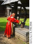 Купить «Девушка в русском народном костюме у деревянного колодца», фото № 4790994, снято 23 июня 2013 г. (c) ElenArt / Фотобанк Лори