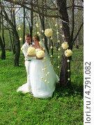 Купить «Жених и невеста в парке», фото № 4791082, снято 10 мая 2013 г. (c) ElenArt / Фотобанк Лори