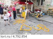 Фигуры из апельсинов на тротуаре, Дрезден (2013 год). Редакционное фото, фотограф Irina Kolokolnikova / Фотобанк Лори