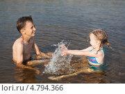 Купить «Дети играют водой, сидя в реке», фото № 4794366, снято 25 июня 2013 г. (c) Николай Мухорин / Фотобанк Лори