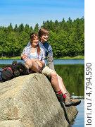 Влюбленная пара туристов у озера. Стоковое фото, фотограф CandyBox Images / Фотобанк Лори