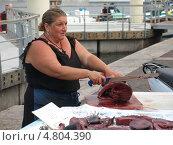 Женщина нарезает тунца на рынке Марселя (2009 год). Редакционное фото, фотограф Александр Элеазер / Фотобанк Лори