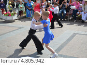 Купить «Выступление танцоров на Цветном бульваре в Тюмени в День молодежи», фото № 4805942, снято 29 июня 2013 г. (c) Землянникова Вероника / Фотобанк Лори