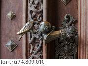 Купить «Ручка на воротах замка Глубока-над-Влтавой», фото № 4809010, снято 15 марта 2013 г. (c) Дмитрий Ковязин / Фотобанк Лори