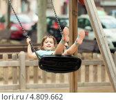 Купить «Девочка качается на качелях в парке», фото № 4809662, снято 23 июня 2013 г. (c) Яков Филимонов / Фотобанк Лори