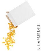 Купить «Кукурузные хлопья сыпятся из белой коробки», фото № 4811442, снято 11 октября 2018 г. (c) Владимир Красюк / Фотобанк Лори