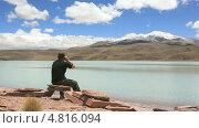 Мужчина сидит на берегу лагуны Селесте (Laguna Celeste) и разговаривает по телефону. Стоковое видео, видеограф Dmitry Burlakov / Фотобанк Лори