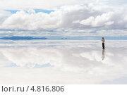 Мужчина разговаривает по телефону на озере Салар-де-Уюни, Боливия (2013 год). Стоковое фото, фотограф Dmitry Burlakov / Фотобанк Лори