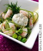 Купить «Винегрет с креветками, кабачками, свежим горохом, луком и лимоном», фото № 4821630, снято 17 июля 2019 г. (c) Food And Drink Photos / Фотобанк Лори