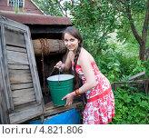 Купить «Девушка у колодца», эксклюзивное фото № 4821806, снято 8 сентября 2009 г. (c) Татьяна Юни / Фотобанк Лори
