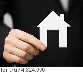 Купить «Мужские руки держат домик с крышей из бумаги», фото № 4824990, снято 18 февраля 2013 г. (c) Syda Productions / Фотобанк Лори
