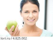 Купить «Красивая молодая женщина с зеленым яблоком в руках», фото № 4825002, снято 18 июня 2011 г. (c) Syda Productions / Фотобанк Лори