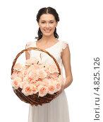 Купить «Счастливая девушка с корзиной, полной цветов», фото № 4825126, снято 2 марта 2013 г. (c) Syda Productions / Фотобанк Лори