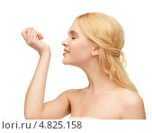 Купить «Красивая девушка наносит на кожу любимый аромат», фото № 4825158, снято 2 марта 2013 г. (c) Syda Productions / Фотобанк Лори