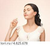 Купить «Красивая девушка наносит на кожу любимый аромат», фото № 4825678, снято 2 марта 2013 г. (c) Syda Productions / Фотобанк Лори