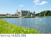 Замок Шантийи в солнечный летний день (Chateau de Chantilly). Франция (2013 год). Стоковое фото, фотограф E. O. / Фотобанк Лори