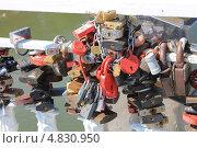 Купить «Свадебные навесные замки на перилах моста», фото № 4830950, снято 28 июня 2013 г. (c) Иван Тимофеев / Фотобанк Лори
