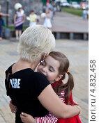 Купить «Нежности. Ласковая маленькая дочка обнимается с мамой.», фото № 4832458, снято 23 июня 2013 г. (c) Элина Гаревская / Фотобанк Лори