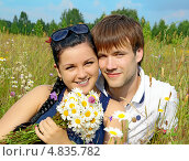 Купить «Молодая счастливая пара на природе», фото № 4835782, снято 24 июня 2013 г. (c) Александр Басов / Фотобанк Лори