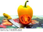 Помидор и желтый сладкий перец на разделочной доске. Стоковое фото, фотограф Илья Попов / Фотобанк Лори
