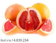 Купить «Розовый грейпфрут с ломтиками изолированно на белом фоне», фото № 4839234, снято 27 июня 2013 г. (c) Литвяк Игорь / Фотобанк Лори