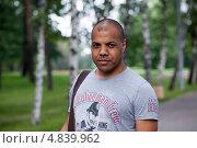 Купить «Самсон Шоладеми - блогер, самовыдвиженец, кандидат в мэры Москвы 2013. Портрет в парке на фоне берёзок.», фото № 4839962, снято 25 июня 2013 г. (c) Елена Морозова / Фотобанк Лори