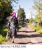 Бабушка идет вдоль улицы. Стоковое фото, фотограф Татьяна Петрова / Фотобанк Лори