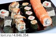 Японские роллы на черной тарелке. Стоковое фото, фотограф Виктория Кириллова / Фотобанк Лори