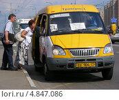 Купить «Посадка пассажиров в маршрутное такси № 274м на Носовихинском шоссе, район Новокосино, Москва», эксклюзивное фото № 4847086, снято 9 июня 2013 г. (c) lana1501 / Фотобанк Лори