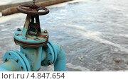 Купить «Голубая задвижка на трубопроводе подачи кислорода для аэрации сточных вод», видеоролик № 4847654, снято 14 июля 2013 г. (c) Кекяляйнен Андрей / Фотобанк Лори
