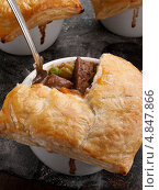 Купить «Пироги с индивидуальных формочках с говядиной», фото № 4847866, снято 20 февраля 2019 г. (c) Food And Drink Photos / Фотобанк Лори