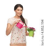 Купить «Счастливая домохозяйка поливает цветок в горшке», фото № 4852194, снято 2 марта 2013 г. (c) Syda Productions / Фотобанк Лори