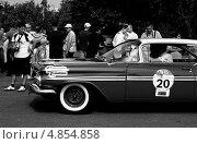 Перед техкомиссией: Chevrolet Impala 1959 в парке Царицыно на Bosch Moskau Classic Rally 2013. Редакционное фото, фотограф Павел Гуськов / Фотобанк Лори