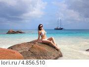 Девушка сидит на камне пляжа Ансе Лацио, Сейшельские острова (2011 год). Стоковое фото, фотограф Dmitry Burlakov / Фотобанк Лори