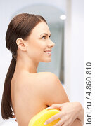 Купить «Красивая девушка в желтой губкой принимает душ», фото № 4860810, снято 16 сентября 2019 г. (c) Syda Productions / Фотобанк Лори