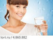 Купить «Улыбающаяся девушка со стаканом воды», фото № 4860882, снято 27 июня 2010 г. (c) Syda Productions / Фотобанк Лори