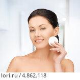 Купить «Молодая женщина с ватной подушечкой у лица», фото № 4862118, снято 7 апреля 2012 г. (c) Syda Productions / Фотобанк Лори