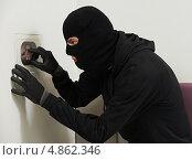 Купить «Преступник вскрывает сейф», фото № 4862346, снято 29 июня 2013 г. (c) Дмитрий Калиновский / Фотобанк Лори
