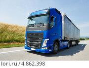Купить «Синий грузовик на шоссе», фото № 4862398, снято 8 июля 2013 г. (c) Дмитрий Калиновский / Фотобанк Лори
