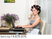 Молодая довольная домохозяйка на кухне с ноутбуком. Стоковое фото, фотограф Андрей Затулло / Фотобанк Лори
