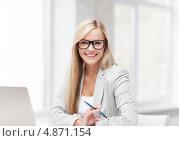 Купить «Жизнерадостная офисная сотрудница работает за ноутбуком», фото № 4871154, снято 30 марта 2013 г. (c) Syda Productions / Фотобанк Лори