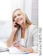 Купить «Офисная сотрудница разговаривает по телефону и записывает что-то в блокнот», фото № 4871162, снято 30 марта 2013 г. (c) Syda Productions / Фотобанк Лори