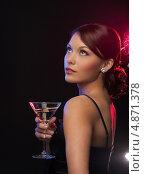 Купить «Загадочная брюнетка на вечеринке в ночном клубе пьет коктейль из бокала», фото № 4871378, снято 12 декабря 2010 г. (c) Syda Productions / Фотобанк Лори