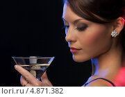 Купить «Загадочная брюнетка на вечеринке в ночном клубе пьет коктейль из бокала», фото № 4871382, снято 12 декабря 2010 г. (c) Syda Productions / Фотобанк Лори