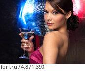 Купить «Счастливая девушка на вечеринке с коктейлем в руке на фоне диско шара», фото № 4871390, снято 12 декабря 2010 г. (c) Syda Productions / Фотобанк Лори