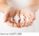 Купить «Бумажная семья в женских ладонях», фото № 4871398, снято 28 марта 2013 г. (c) Syda Productions / Фотобанк Лори