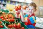 Мальчик выбирает помидоры в супермаркете, фото № 4874058, снято 10 июня 2013 г. (c) Дмитрий Калиновский / Фотобанк Лори